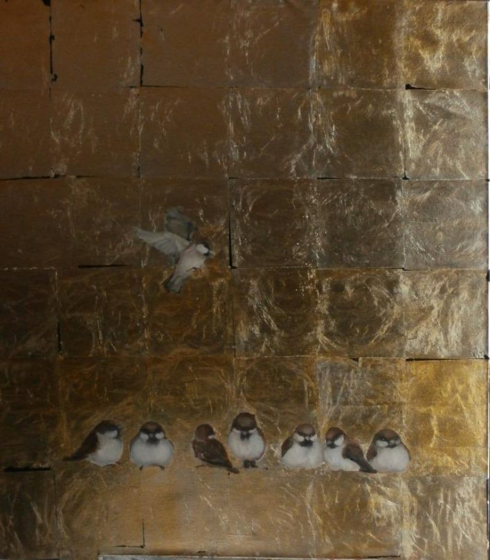 Uz zeltīta fona uzgleznoti vairāki zvirbuļi