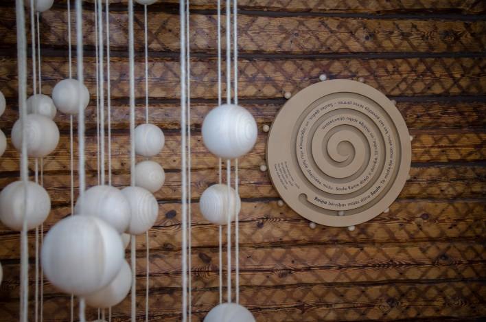 """Raiņa muzeja """"Tadenava"""" ekspozīcijas daļa - koku bumbiņas un labirints, saules rats."""