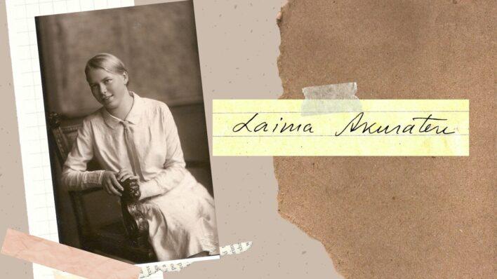 """Attēlu kolāža, kur redzama Laima Akuratere un lapiņa ar dzejnieces rokrakstu, kur uzrakstīts """"Laima Akuratere"""""""