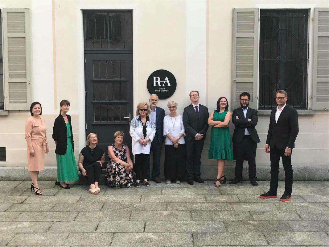 Raiņa un Aspazijas muzeja veidotāju komanda un viesi pie muzeja ēkas ekspozīcijas atklāšanas dienā 2018. gada 22. jūlijā.