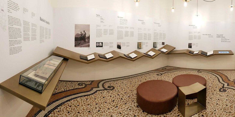 Raiņa un Aspazijas muzejs Lugānā, muzeja ekspozīcija. Gar sienām izvietotas planšetes un plaukti ar tekstiem.