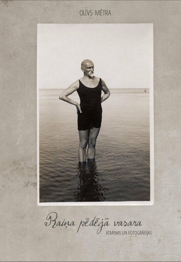 Rainis stāv iebridis jūrā, rokas salicis sānos. Dzejnieks tērpies peldkostīmā, skatās tālumā.