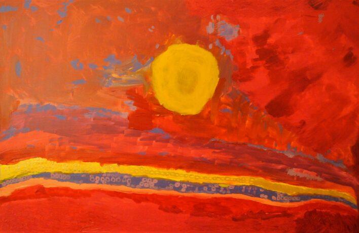 """Marijas Leinas glezna """"Saulriets"""". Uz oranža fona attēlota dzeltena saule. Oranžo fonu rotā dažādu zilas un dzeltenas krāsu joslas."""