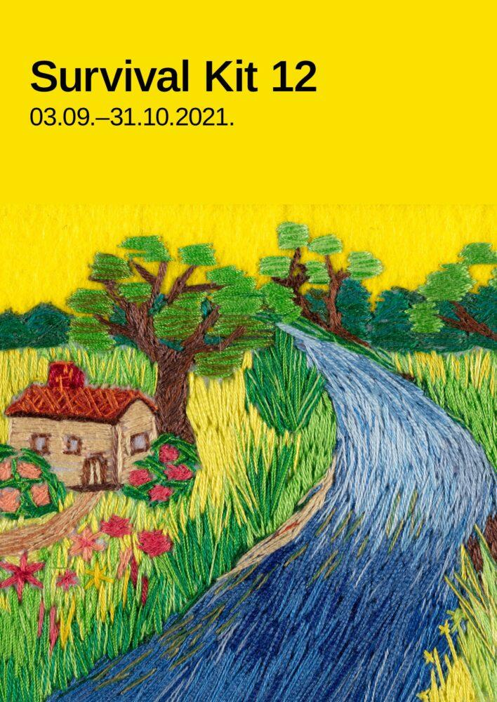 Afiša veidota no divām daļām. Viena daļa ir dzeltens kvadrāts. Otra - izšuvums. Ar gariem dūrieniem izšūta upe, mājas ar puķu dārzu, koks. Uz māju ved taciņa, upes krasti apauguši ar garu zāli